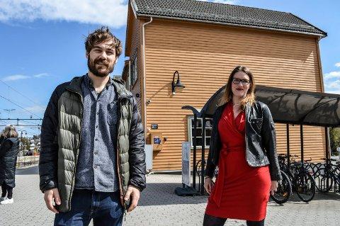 VIL HA OMKAMP: Sondre Johan Wikran Larsen og Maren Kurdøl håper togstasjonen i sentrum kan bli opprettholdt.