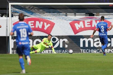 BAKLENGSMÅL: Jacob Storevik måtte plukke ballen ut av nettet tre ganger da SF møtte Molde.