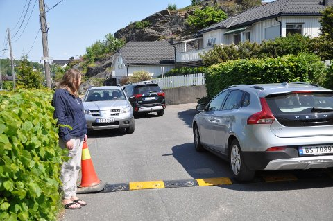 SMALT: Ingunn Lollik Andersen og naboene fortviler over økt trafikk i den smale boliggata: – Jeg sitter på hjemmekontor og ser skoleungene hoppe til side på grunn av trafikken.