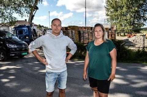 KRITISK: – Trafikkproblemene når Voksenopplæringen er på plass med brakker og dobbelt så mange elever kommer til å bli farlig for barna våre, sier FAU-medlemmene Ellen Christoffersen og Bjørnar Holhjem.