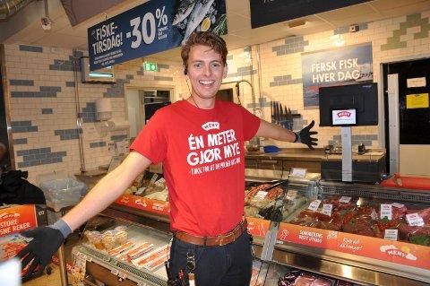 LÆRLINGENES ANSIKT: Lasse Fure (21) er butikkslakterlærling på Meny Stadiontunet, men er i sommer én av sjefene i butikken.