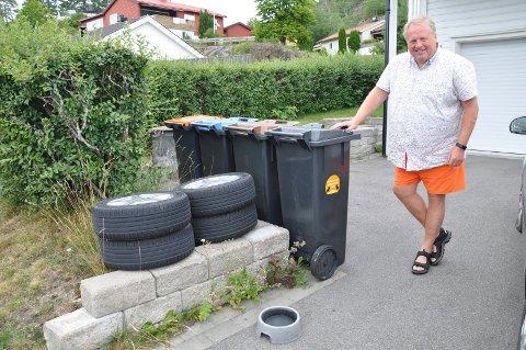 DYREVENN: Kjell Anders Berg i Korsvikveien har avfallsdunk merket «Hundeposer velkommen her» - og vannskål klar for tørste hunder.