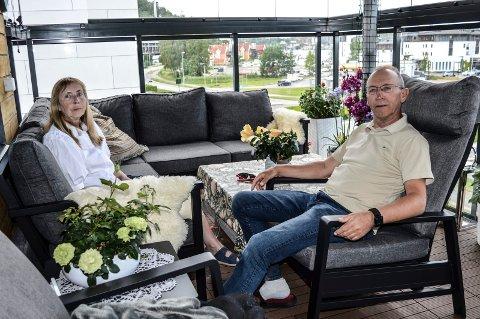 NY BY: Ragnhild og Tormod Pettersen har levd hele sitt liv i Gjøvik. Fra januar er deres nye tilværelse lagt til Sandefjord, hvor de trives godt. I bakgrunnen Menybygget i Kilen, sett fra glassverandaen..