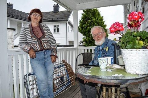 ETTERLATTE:  – Vi sliter med tanker og følelser, og innser at vi trenger noen å snakke med, sier Tone Kaasa og Dag Håkonsen i Grønli. For et halvt år siden omkom barnebarnet i en hybelbrann i Tromsø.