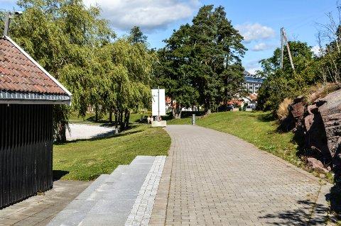 KYSTSTI: Der den offentlige kyststien går gjennom strandområdet på Brunstad, er den belagt med brostein. T.v. ses en sjøbodene ved OCCs badestrand.