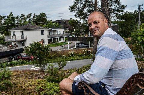 FORTETTING: Vellagsleder Jørgen Hem har selv fått moderne funkis tett inntil eiendommen sin.  – Det må vi tåle, mener han.