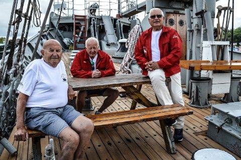NYTT DEKK: Ivar Liverød (f.v.), Tron Andreassen og Tore Børnick gleder seg over at det amerikanske furudekket er blitt fornyet i løpet av sommeren.