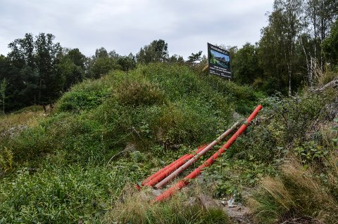 BYGGEPLASS: Slik ser det ut på Valberggrenda 22 A-F nå. Området er ryddet, men det er ikke tegn til byggeaktivitet. Prosjektet skulle vært påbegynt i andre kvartal.