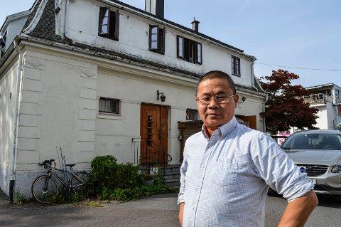 HONG RUI:  – Nå gir jeg opp, og begynner å rive inne i stedet, så jeg kan få atkomst til leilighetene i andre etasje, sier daglig leder og medeier i Hong Rui Café og Restaurant, Zhiyue Chen, her foran nordsiden hvor det var planlagt et utvendig trappeløp.