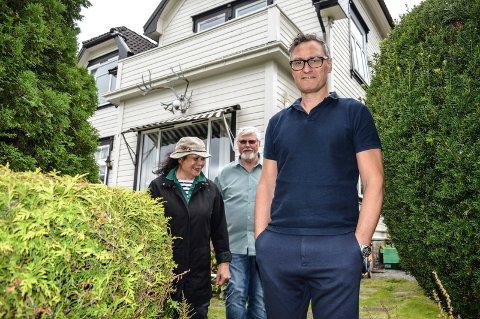 SAMMEN: Håkon Iversen har fått med seg foreldrene Terje Olav (74) og Elenoa (76) på prosjektet. De flytter inn i én av leilighetene i det planlagte nybygget på eiendommen de har bodd på siden 1982.