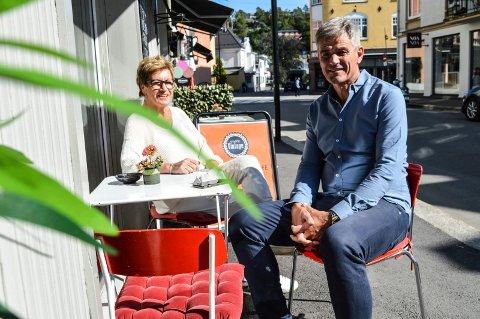 KONGENS GATE: SAandefjord Byen Vår-sjef Inger Elisabeth Teien og ordfører Bjørn Ole Gleditsch ønsker samme oppgradering av strekningen fra Bytunet til Storgata som fra Dronningens gate til Kirkegata. Her har de satt seg ned utenfor Café Vintage.