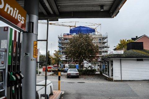 REGULERINGSSTART: Circle K Norge eier bensinstasjonen, som fortsetter på ubestemt tid, og tomta til grillen, som skal omreguleres til bolig og næring. Omregulering gjelder også en eldre teglsteinsbygning vest for grillen.