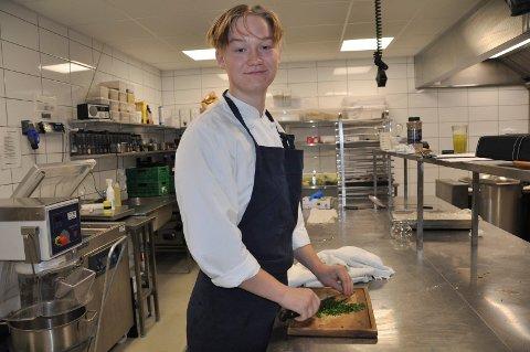 UTPLASSERT: Robert Omarsson (16) har siste innspurt på kjøkkenet på Park fredag. Lunsjen på hotellet nærmer seg slutt.