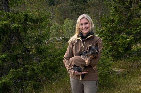 ANGRER IKKE: Mye har falt på plass for Marie Fjeld Lycke (26), takket være tilbakeflyttingen til hjembyen. – Jeg angrer ikke på at jeg flyttet hjem tidligere enn planlagt, sier hun. Her er hun sammen med valpen Milo.