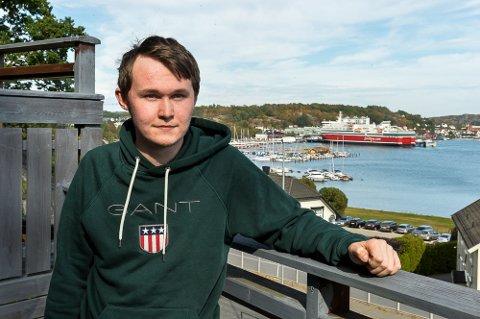 MODERNA: Anders Johannessen (20) fikk alvorlige bivirkninger av Moderna-vaksinen, og ble lagt inn på sykehus med hjertebetennelse. Han oppfordrer alle til å ta eventuelle bivirkninger på alvor.