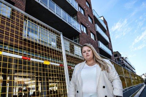 BYGGESKIKK: – En oppfordring til arkitekter og beslutningstakere i Sandefjord er å kombinere historisk og tradisjonell estetikk med dagens krav til bærekraft. Hvor er kreativiteten og innovasjonen som oppnår dette, spør Amalie Østhassel, her utenfor Aagaardstunet, som hun mener er et skrekkeksempel.