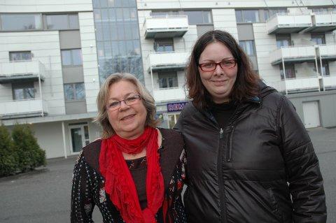MERKESTEIN: Avdelingsleder for bofellesskap Lill Karin Schmoecker (t.venstre) og rådgiver med brukererfaring Linda Øye inviterer til innvielsesfest i det nye bofellesskapet på Varatun. Bofellesskaper er brukerstyrt og unikt i norsk sammenheng.