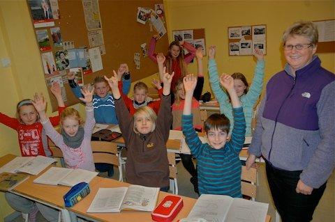 PÅ TOPP: Elevene på 5. trinn ved Soma skole jubler sammen med lærer Ingrid Hetland Meling over gode resultater i de nasjonale skoleprøvene.