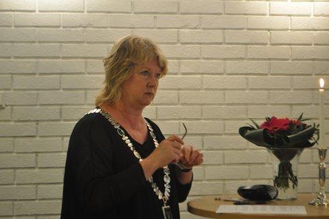 PREGET: Ordfører Norunn Ø. Koksvik var tydelig preget etter fredagens terrorangrep i Oslo og på Utøya. Mandag var flere mennesker samlet til minnemarkering på Sandnes rådhus.