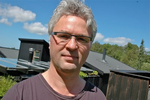 KRITISK STATSVITER: Statsviter Svein Erik Tuastad mener Høyre har gjort en dårlig jobb med forhandlingene. Fredag endte forhandlingene med at Ap og Frp går sammen i et valgteknisk samarbeid, og får ordfører- og varaordførervervet.