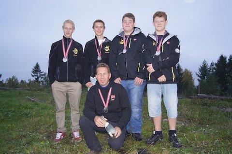SØLV: Riska Trialklubb tok sølv under NM for lag i helgen. Fra venstre: Sander Meling, Henrik Haga, Ole Bård Madsen og Sindre Madsen. Foran, Lagleder Knut Haga