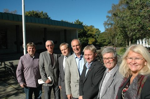 [b]POSISJONEN: [/b]De er blitt så gode vennet det siste året at de nå har valgt å formalisere det som først bare var et tekniske samarbeid. Posisjonspartiene i Sandnes har nå undertegnet et avtale om politisk samarbeid de neste tre årene. De utelukker heller ikke et samarbeid etter valget i 2015. F.v. Arne B. Espedal (Ap), gruppeleder Roald Lende (Pp), gruppeleder Tore Andreas Haaland (Frp), ordfører Stanley Wirak (Ap), varaordfører Pål Morten Borgli (Frp), Jan Refsnes (SV) og gruppeleder Sofie Margrethe Selvikvåg (Sp).