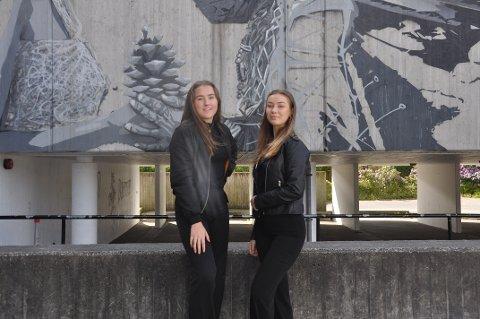 MERKEPRESS: På Giske ungdomsskole valgte flere å ta med nøytrale klær for å vise at det ikke er klærne våre som definerer oss som personer. Her ved elevrådsleder Nora Haugen (15) f.v og nestleder Andrea Mimic (16)