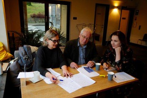 ENGASJERT: Borgfrid Møen, Arild Rostrup og Karianne Arntzen diskuterer flittig bidragene til dikt- og bildekonkurransen.