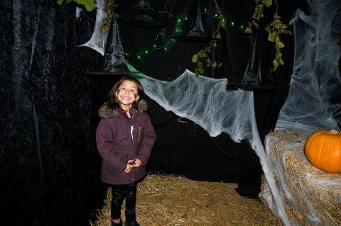 Evira Berle fyller sju år på Halloween og brukte dagen i forveien på en tur i Spøkelsesskogen.