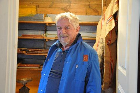 Johannes skal ha på seg faren sin gamle frakk når postkontoret åpner igjen. På postkontoret er det ikke plass til flere enn tre personer samtidig.
