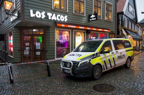 En mann ble skutt inne på restauranten Los Tacos i Stavanger. Fredag kveld fant politiet et skytevåpen nedgravd i et blomsterbed.