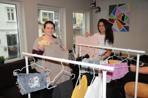 BYTTEKVELD: Claire og Fatma på L54 inviterer ungdommen til å bytte klær. Nå håper de på flere byttekvelder framover.