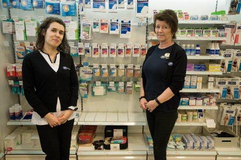 TOMT: Apoteker Liliana Cochicho og Marianne Thorbjørnsen ved Boots Apotek Samarit står foran de tomme hyllene der antibac skal stå. Økt trafikk på apotekene gjør at de også starter tiltak i butikken.