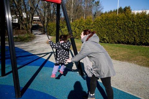 Mia Trolle og datteren forbereder seg til flere dager i parken. Savnet etter barnehagen har meldt seg, men med god fart skal det nok gå bra.
