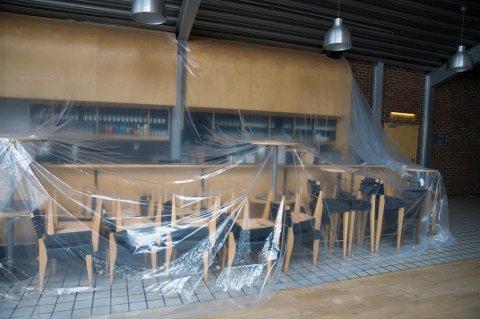 Slik har du neppe sett baren på Kulturhuset før. Her tar de smittevernreglene litt lengre.