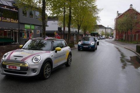 Toget startet med en rød bil, en hvit og en blå før de kjente svarte bilene til Altibox Norway Chess fulgte etter.