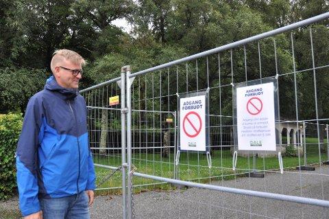 Ole Tom Guse viser skiltene som ble satt opp i sommer. Nå må han ta ytterligere grep for å håndtere antall hærverk på eiendommen.