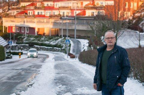 Frode Aarbogh og resten av beboerne i sameiet i Skaarlia er opprørte over at bussruten deres ble lagt om uten at de ble kontaktet.