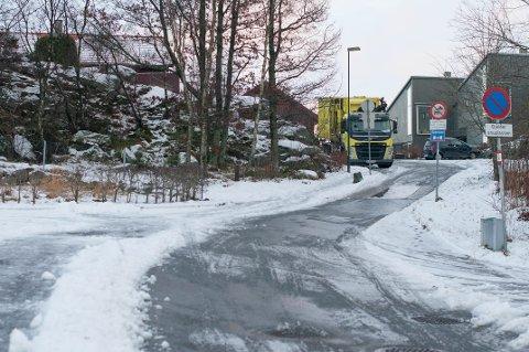 Gjennom Skaraslåtten på toppen av Skaarlia skal ikke lenger bussen kjøre. Likevel er det noen sjåfører som tar feil.