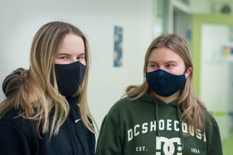 Helsefag-elevene Julie Bøe (17) og Mona Byre Olsen (17) har alltid munnbindet i lomma og føler seg tryggere når de bruker det.