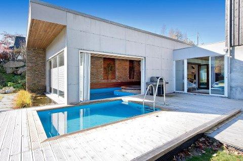 SJELDEN PERLE: Boligen i Lauvåsvågen har både utendørs og innendørs svømmebasseng.