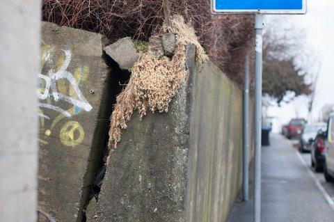 Det er store sprekker i muren i Roald Amundsens gate. Kommunen måler jevnlig om det er bevegelser.