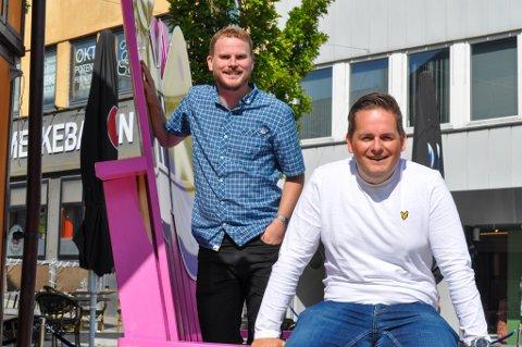 Kjetil Melkevik (33) og Tore Medhaug (36) tror det er god medisin for folk å oppleve humor fra en scene.