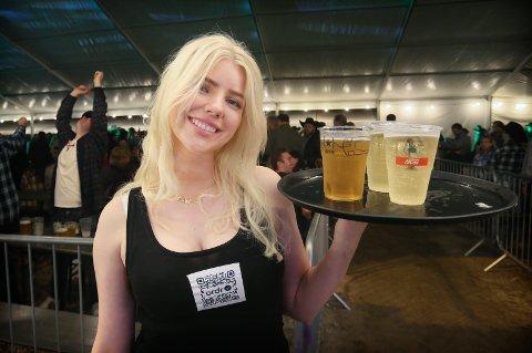 Ada Møretrø jobbet under konserten og måtte tåle en del kritikk fra kundene i salen. Her er hun likevel på vei ut med drikkevarer.