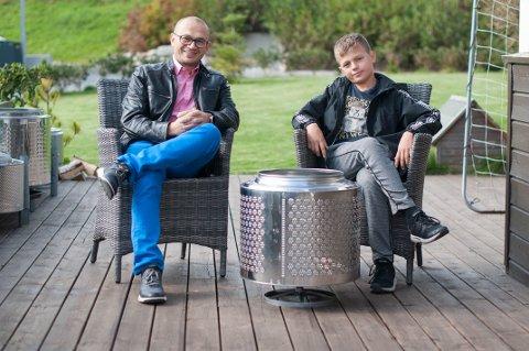 Aleksander Bogatov og sønnen Artemiy har laget seg en liten familiebedrift hvor de lager bålpanner av gamle tromler og selger dem.