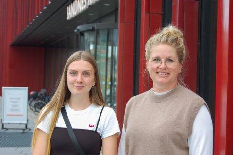 Amalie Johansen (21) og Ingrid Andersen Bjerk (37) er klare for å forhåndsstemme i valglokalene ved Sandnes rådhus.