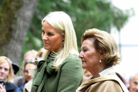 Kronprinsesse Victoria av Sverige og Kronprinsesse Mette-Marit besøker Halden og Strømstad 22. august. Her er de under åpningen av den nye Svinesundbrua. Kronprinsesse Victoria står emd hatt til høyre i bildet.
