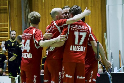 Greåker måtte slite mot Sandnes hjemme i Tindlundhallen søndag, men til slutt kunne de rødkledde juble for 7-6-seier i herrenes eliteserie i innebandy. (Foto: Kjetil A. Berg)