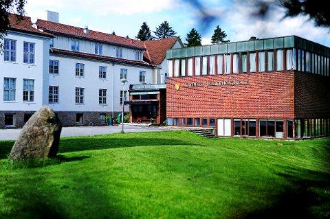 HISTORISK: Folk strømmer til Skjeberg Folkehøyskole. I år er skolen helt full, noe som er meget gledelig, mener rektor Line Dyrkorn.