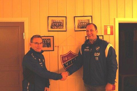 Dag Klavestad er ansatt som ny trener i Varteig I.L. Her med leder i Varteig I.L, Glenn Ove Foss.